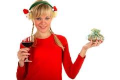 Portraitfrau mit Wein und einem Weihnachtsgeschenk Lizenzfreies Stockbild
