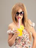 Portraitfrauensonnenbrillen, die Cocktail trinken Lizenzfreie Stockfotografie