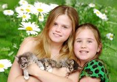 Portraitmädchen mit Katzen Stockbilder