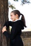 Portraitmädchen nahe einem Baum. Stockfotografie