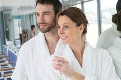 Portraitof een paar in een badjas in kuuroordcentrum het ontspannen royalty-vrije stock afbeeldingen