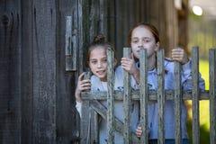 Portraits de deux amies dans le village dehors Amusement Image stock