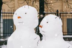 Portraits de deux bonhommes de neige en parc photos libres de droits