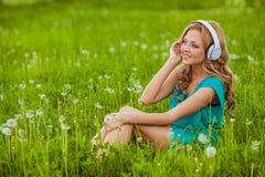 Portraits de femme avec des écouteurs images stock