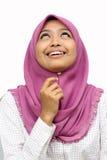 Portraits der jungen moslemischen Frau, die oben schaut stockfotografie