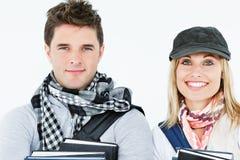 Portraits von zwei lächelnden Kursteilnehmern, die Bücher anhalten stockfoto