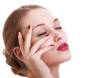 Portraitschönheitsfrau mit roter heller Maniküre Stockbild