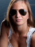 Portraitsonnenbrillen der jungen Frau Stockfotos