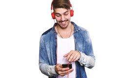Portraitt του νεαρού άνδρα που χρησιμοποιεί το τηλέφωνό του Στοκ εικόνα με δικαίωμα ελεύθερης χρήσης