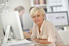 Portraot de femme d'affaires supérieure de sourire au bureau Image libre de droits