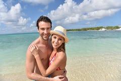 Portraot de pares felices en la playa Imágenes de archivo libres de regalías