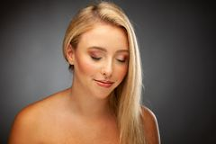 Portraot pf som en härlig ung lycklig kvinna med innegrej utgör arkivfoton