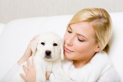 Portrarait of woman with Labrador puppy Royalty Free Stock Photography