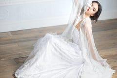 Portrat av en elegant brud Royaltyfri Fotografi
