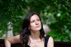 Portrat di giovane donna sotto gli alberi Fotografie Stock Libere da Diritti