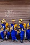 Portrati av oidentifierade indiska musiker från traditionell bröllopmusikband på gatan av Vrindavan, Indien Royaltyfri Bild