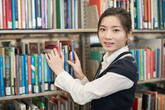 Portrati of student in front of bookshelf Royalty Free Stock Photography