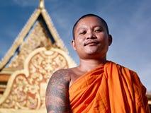 Portrati van boeddhistische monnik dichtbij tempel, Kambodja stock foto's