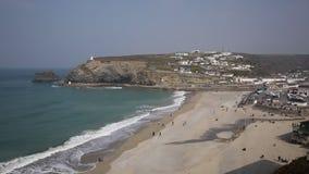 Portreath Корнуолл повысило волны и море пляжа взгляда на красивый день акции видеоматериалы