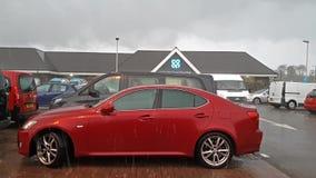 Portree, Шотландия - 11-ое октября 2018: Автомобили паркуют перед магазином во время шторма Callum видеоматериал