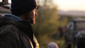 Portreit de dos para hombre con en acampar expedicionario en la puesta del sol almacen de metraje de vídeo