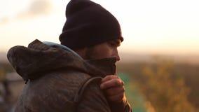 Portreit del hombre hermoso con la barba en acampar en la puesta del sol metrajes
