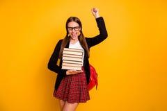 Portretów ogony ekscytowali dama nastolatka eyewear eyeglasses celów ocen kursów podwyżki pięści wrzasku zakończenia dobrych oczy fotografia stock