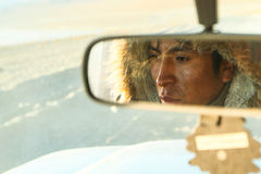 Portret在他的汽车的未知的地方司机, 2011年1月10日在Altiplano,玻利维亚 库存图片