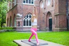 Portret女孩早晨瑜伽在城市 免版税库存照片