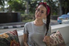 Portret ładna brunetka z warkoczem w lato kawiarni blisko drogi, piękno w czerwonym łachmanu frontowym i eleganckim round obrazy stock