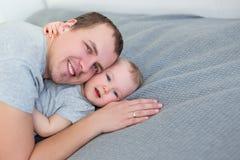 Portret śliczna mała dziewczynka z jej ojcem obrazy royalty free