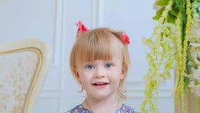 Portret śmieszna mała dziewczynka w domu zdjęcie royalty free
