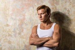 Portret één droevige mens die zich dichtbij een muur bevinden Stock Foto