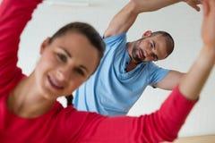 Portret ćwiczy z uczniem w zdrowie klubie męski instruktor Zdjęcia Royalty Free