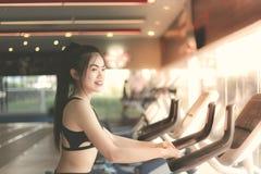 Portret ładna azjatykcia kobieta: Atrakcyjni dziewczyn spojrzenia przy smartphone obrazy royalty free