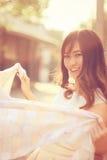 Portret ładna azjatykcia kobieta i biały szalik Zdjęcia Stock