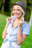 Portret ładna blond dziewczyna jest ubranym kapelusz zdjęcia stock
