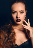 Portret ładna brunetka z evening jaskrawego makeup obrazy royalty free