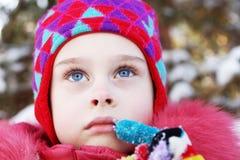 Portret ładna dziewczyna jest ubranym zim ubrania plenerowych troszkę zdjęcia royalty free