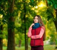 Portret ładna dziewczyna na tło kolorze żółtym opuszcza Obrazy Royalty Free