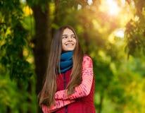 Portret ładna dziewczyna na tło kolorze żółtym opuszcza Zdjęcie Royalty Free