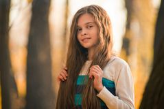Portret ładna dziewczyna na tło kolorze żółtym opuszcza Fotografia Royalty Free
