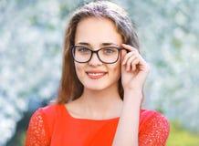 Portret ładna dziewczyna w szkłach outdoors w wiośnie obrazy royalty free