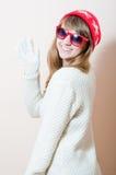 Portret ładna dziewczyna w trykotowych rękawiczkach i nakrętce z deseniowi płatki śniegu, biały puloweru rezygnować Fotografia Stock
