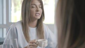 Portret ładna młoda kobieta, mówi opowieść jej przyjaciel zbiory