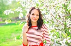 Portret ładna młoda kobieta nad wiosna kwiatami obrazy royalty free