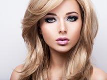 Portret ładna młoda kobieta z jaskrawym makeup Piękny br Zdjęcia Stock