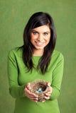 Portret ładna młoda Wschodniego indianina kobieta trzyma ptaki gniazduje z błękitnymi jajkami Obraz Stock