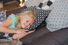 Portret ładna mała dziewczynka śpi i ono uśmiecha się Zdjęcie Royalty Free