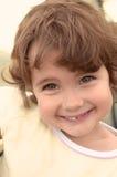 Portret ładna mała dziewczynka z ślicznym uśmiechem Zdjęcie Stock